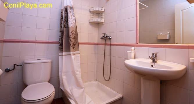 Cuarto de baño con placa de ducha