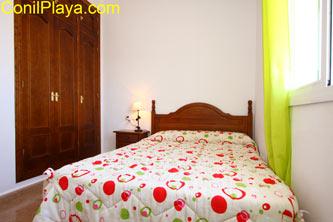 armario del dormitorio con cama de matrimonio