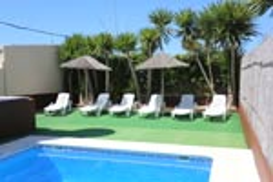 2 dormitorios,10 personas. Casa con piscina situada en una zona muy tranquila, lejos de ruidos. en la zona de Roche Viejo. Barbacoa, porche, jardín, aparcamiento.