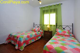 2 camas individuales.