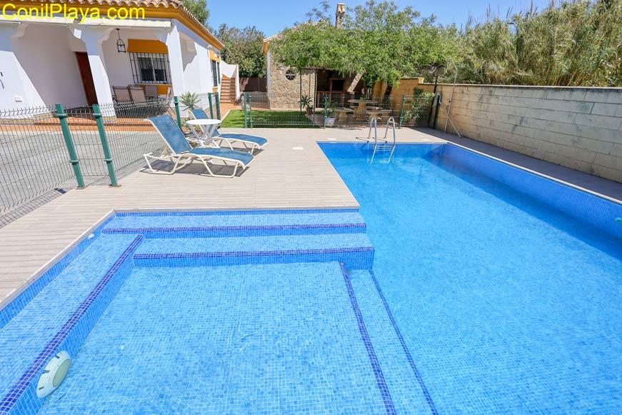 piscina con zona infantil
