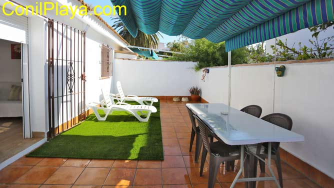 patio privado con toldo