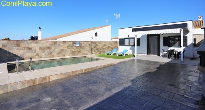 piscina y chalet con porche