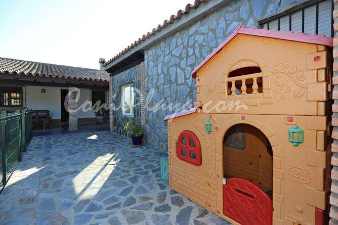 patio con casita infantil de juegos