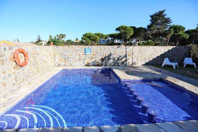 piscina privada con zona para niños