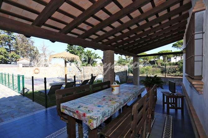 mesa del porche y la piscina