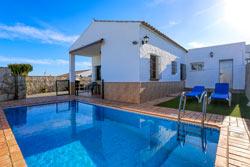 2 dormitorios,4 personas. Chalet en urbanización La Fuente del Gallo, cerca de la playa y de Conil. Piscina privada vallada, barbacoa, aparcamiento privado.