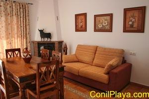 Mesa del comedor y sofá