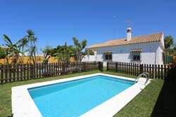 3 dormitorios,6 personas. Chalet en Conil, Cádiz con piscina privada de 3 dormitorios de gran calidad, amplio jardin, cerca de Conil. Para 6 personas. Muy Tranquilo.