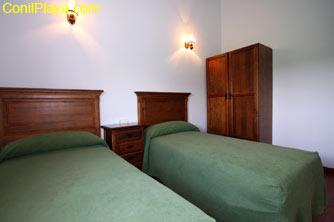 El dormitorio cuenta con un armario