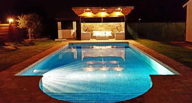 piscina de noche con luces