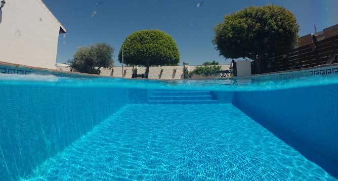 agua de la piscina transparente