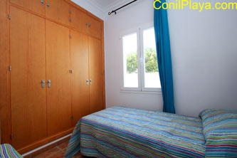 Armario empotrado del dormitorio de dos camas.