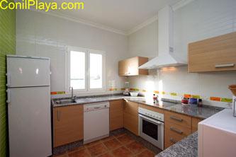 La cocina está totalmente equipada y dispone de lavavajillas.