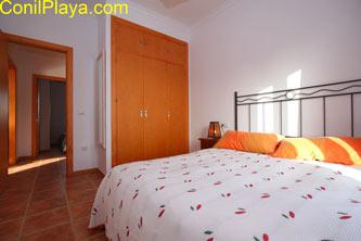 El dormitorio principal cuenta con armario empotrado.