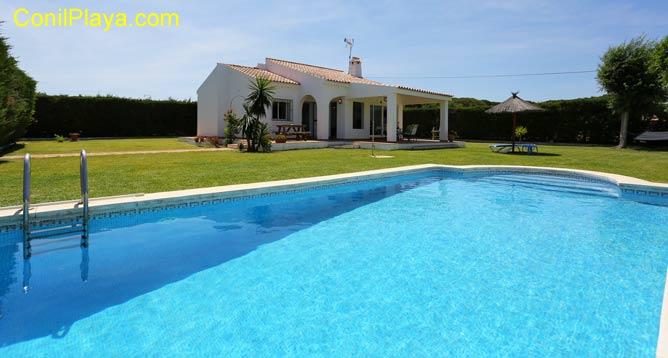 Chalet con piscina con amplio jardín