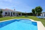 3 dormitorios,6 personas. Estupendo chalet con piscina privada en una excelente zona por su tranquilidad. Amplia parcela con césped, ideal para descanzar lejos de ruidos.