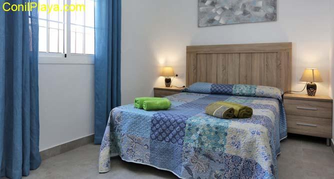 dormitorio con cama de matrimonio muy amplio