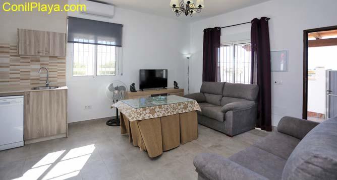 salon con 2 sofás y television