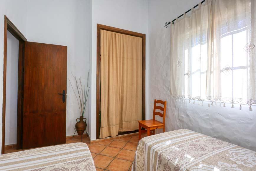 Armario de la habitación con dos camas individuales.