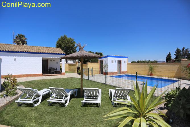 piscina con jardín con cesped