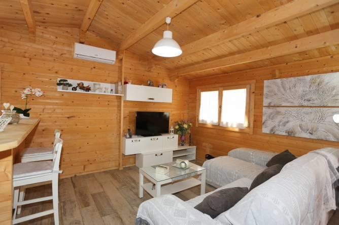 El salón es sencillo, tiene mesa comedor y un sofá.