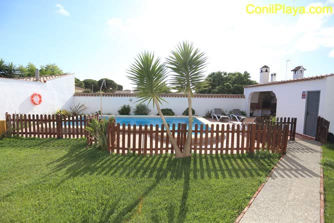 Jardín y piscina con valla