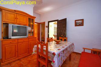 La cocina es moderna y tiene una mesa adicional