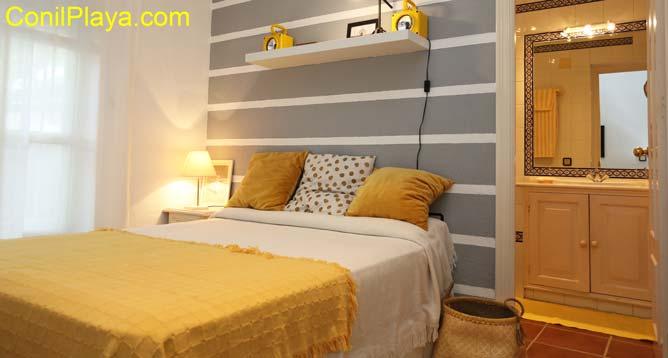 dormitorio con cuarto de baño integrado