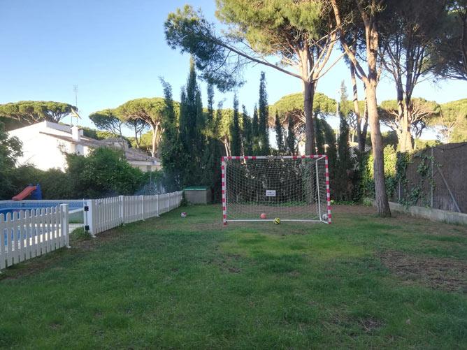 amplio jardín con césped
