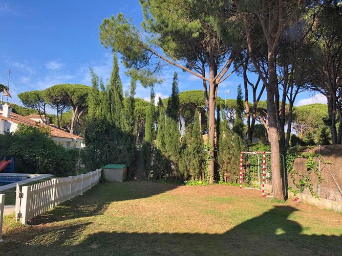 Chalet con amplio jardín con césped