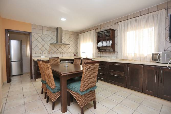 cocina amplia con mesa en el centro