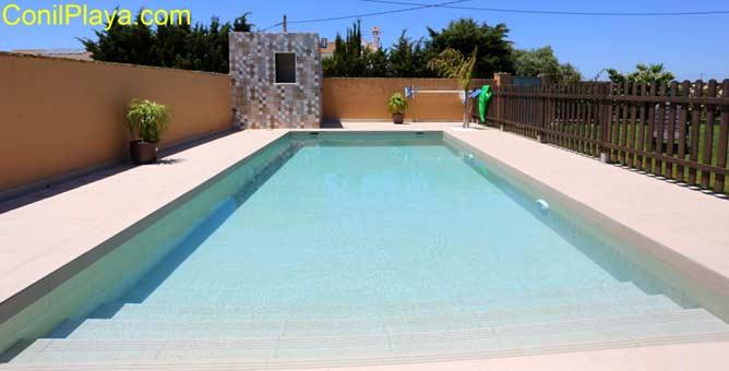 piscina privada con escalones en las parcelas de roche