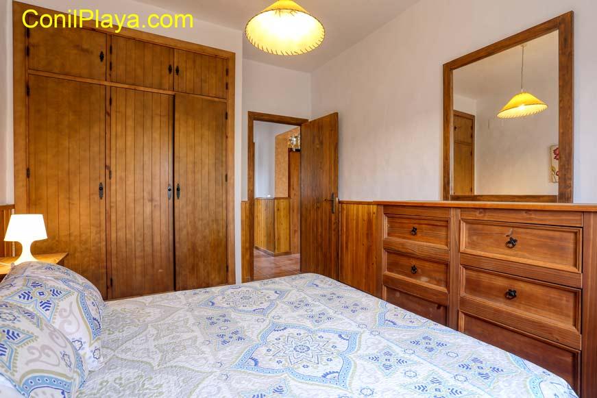 armario y cuarto de baño en dormitorio