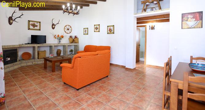 salon con sofa del chalet