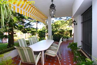 El porche y la mesa