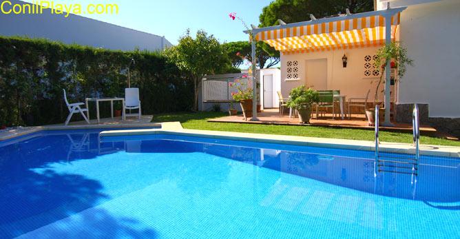 Vista de la piscina del chalet en Roche