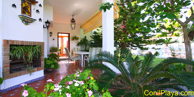 El porche dispone de toldo, ideal para las veladas de verano.