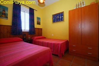 Dormitorio con 2 camas y armario