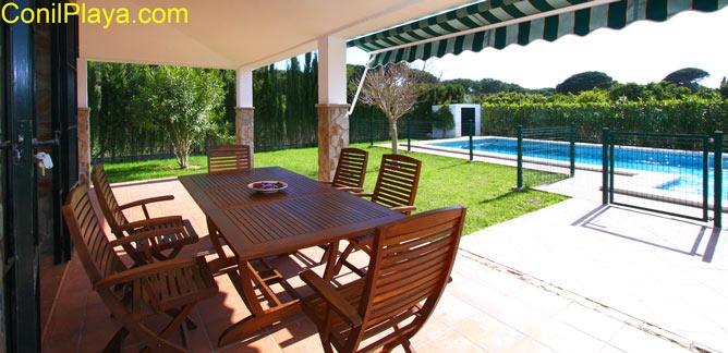 mesa del porche frente a la piscina