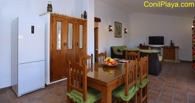 mesa comedor y al fondo el salón