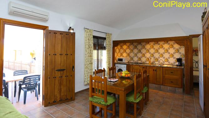 mesa del comedor y la cocina