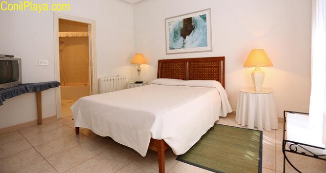 dormitorio con cama matrimonio