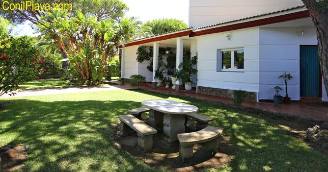 mesa de piedra del jardin