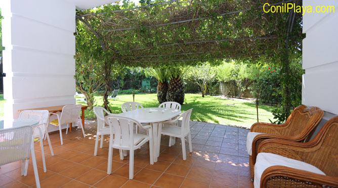 porche con mesas y sillas