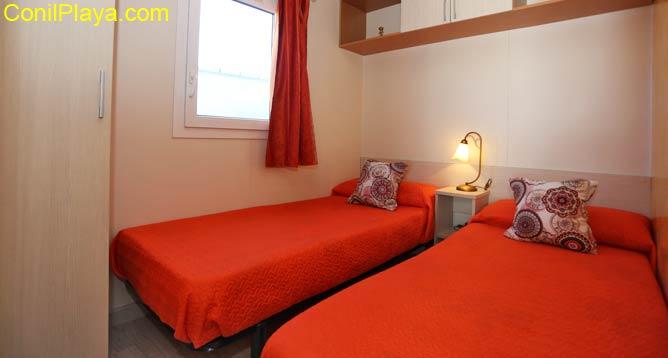 dormitorio con 2 camas individuales y armario