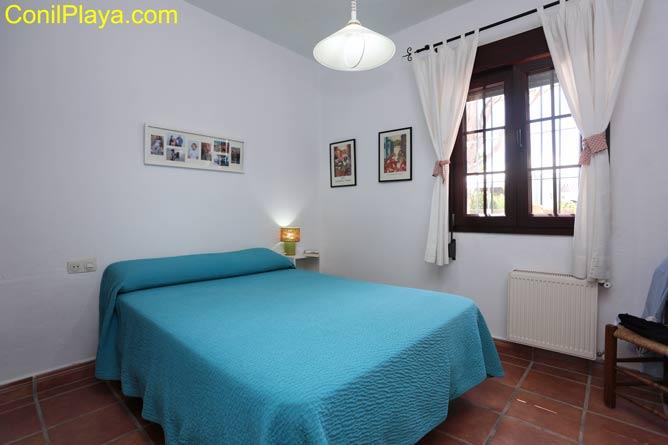 dormitorio con cama individual y cama litera