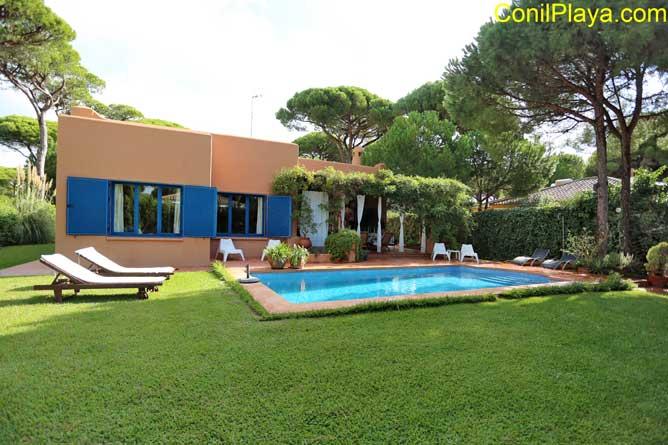 chalet con piscina privada y jardín en Roche.