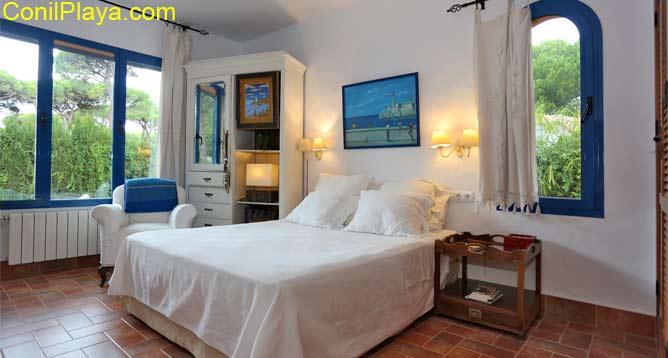 El dormitorio principal del chalet con cama de 150 cms