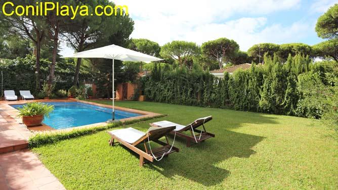 jardín con césped y piscina